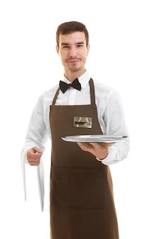 Netter kellner, der leeres tablett und serviette auf weißer oberfläche hält
