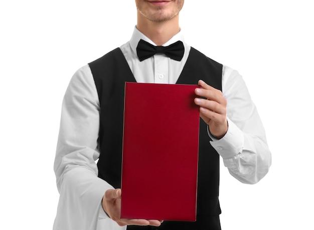 Netter kellner mit rotem menü auf weißem hintergrund