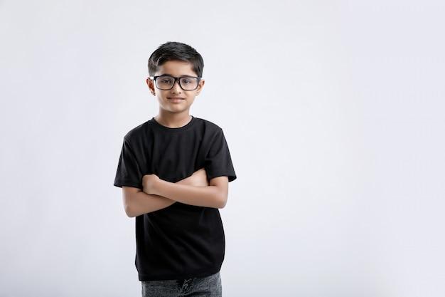 Netter kleiner indischer / asiatischer junge, der brillen trägt