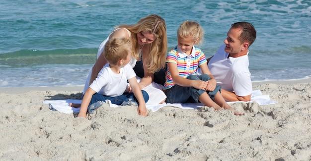Netter kleiner junge, der auf dem sand spielt
