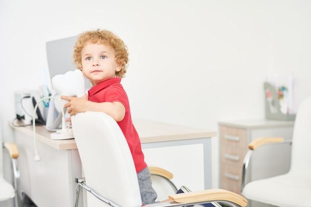 Netter kleiner junge in der zahnarztpraxis