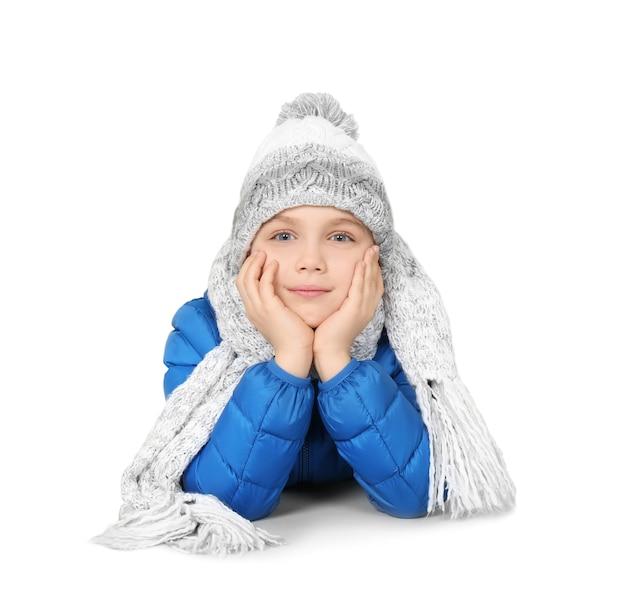 Netter kleiner junge in warmer kleidung auf weißer oberfläche