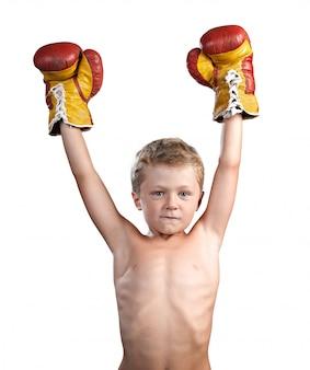 Netter kleiner junge mit den boxhandschuhen lokalisiert