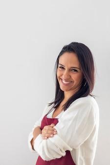 Netter lächelnder brunette mit ihrem schutzblech gesetzt