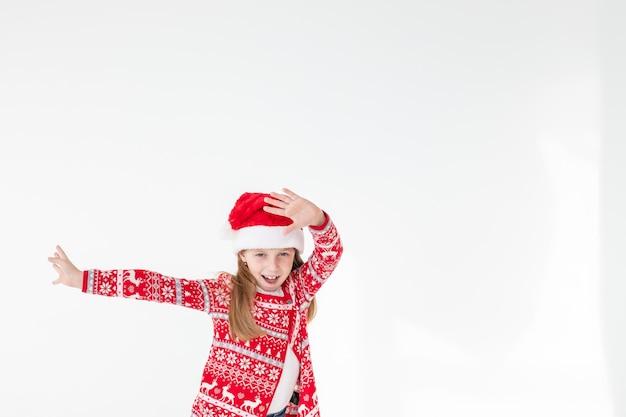 Netter lustiger weihnachtsmannhelfer tanzt
