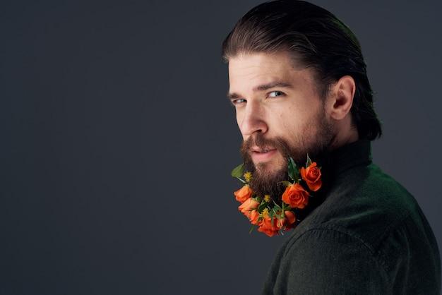 Netter mann blüht in der eleganten art nahaufnahme der bartverzierungen