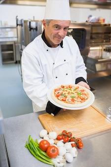 Netter mann, der eine pizza darstellt