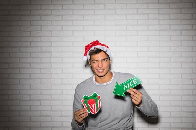Netter mann mit geschenkbox und pfeil