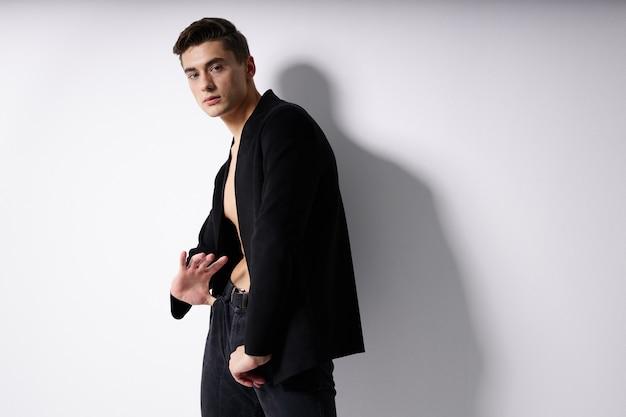 Netter mann schwarzer blazer mode frisur freizeitkleidung studio. hochwertiges foto