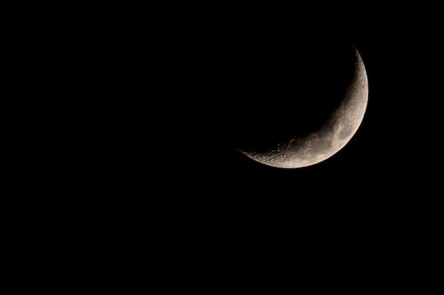 Netter mystischer halbmond auf dunklem hintergrund des nächtlichen himmels