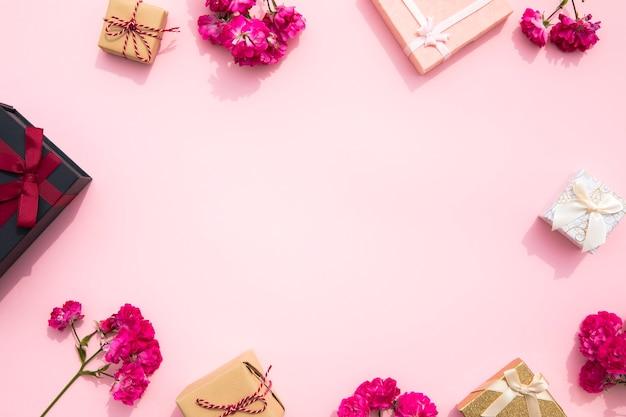 Netter rosa hintergrund mit geschenkrahmen