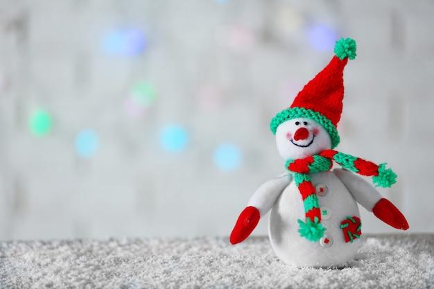 Netter schneemann auf weihnachtshintergrund