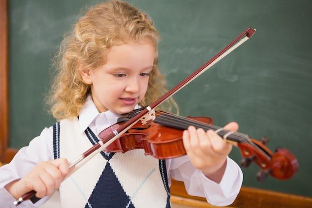 Netter schüler, der die violine spielt