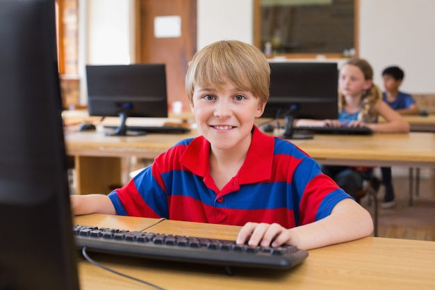 Netter schüler in der computerklasse