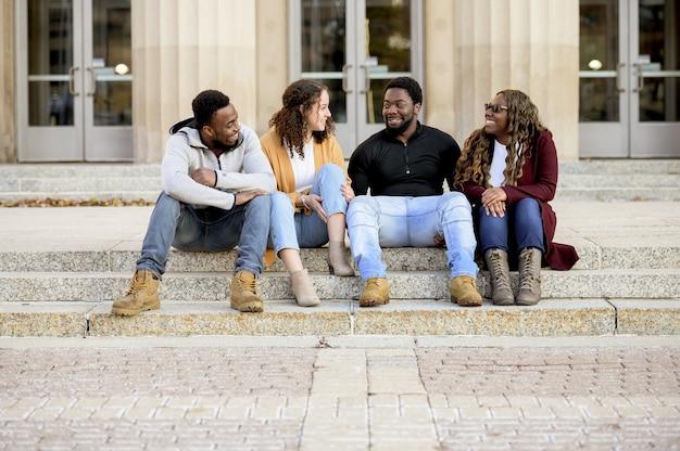 Netter schuss von freunden, die zusammen scherzen und lachen und positivität verbreiten