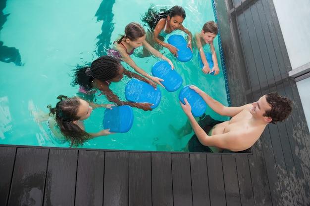 Netter schwimmkurs im pool mit trainer