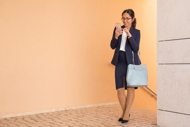 Netter sorgloser büroassistent, der vorangeht zu arbeiten