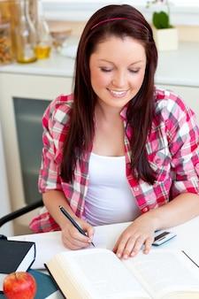 Netter student, der zu hause ihre hausarbeit tut