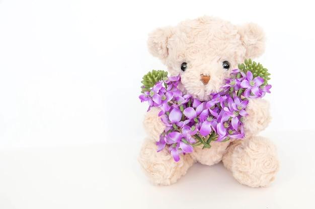 Netter teddybär mit pastellblume
