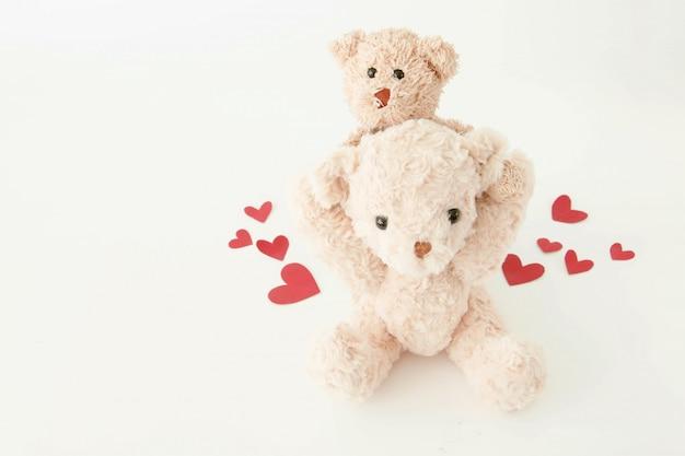 Netter teddybär so glücklich mit vielen herzen im valentinstag.