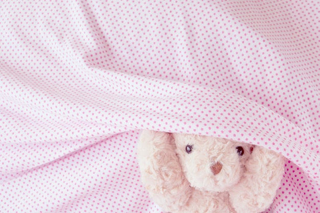 Netter teddybär spielerisch mit gewebe, glückliches gefühlkonzept