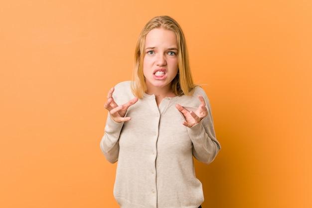 Netter und natürlicher jugendlichfrauenumkippen, der mit den angespannten händen schreit