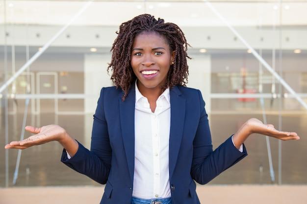 Netter verwirrter weiblicher manager, der draußen aufwirft