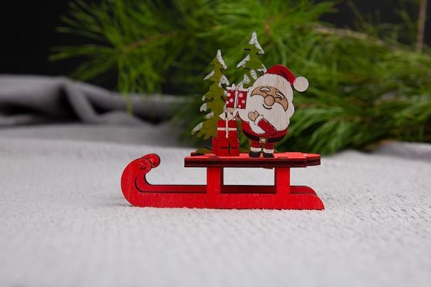 Netter weihnachtsmann, der auf einem schlitten-konzept der weihnachtsglücks-neujahrspostkarte sitzt