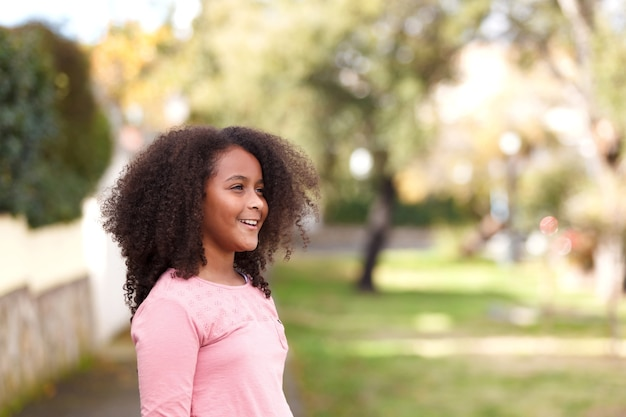 Nettes afroamerikanermädchen in der straße mit dem afrohaar