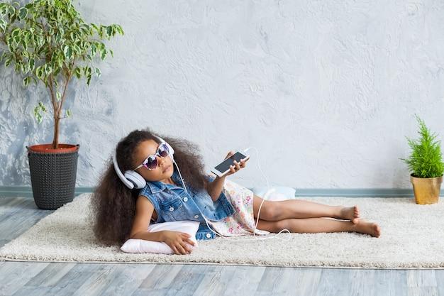 Nettes afromädchen zu hause, das musik hört