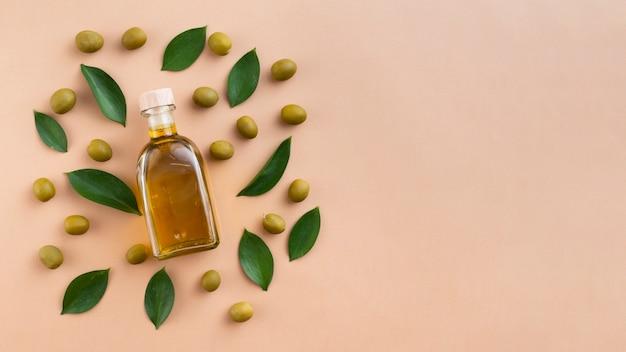 Nettes arrangement mit oliven und blättern
