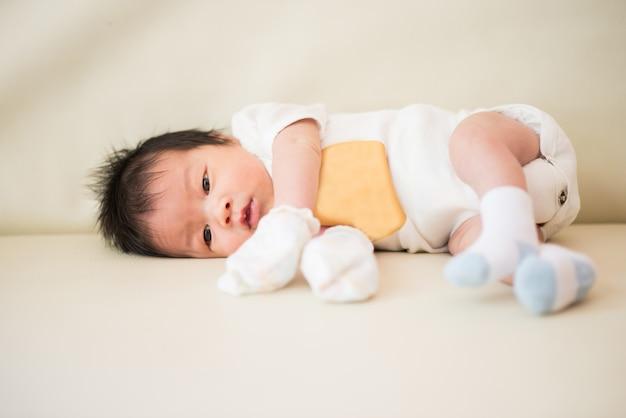 Nettes asiatisches baby neugeborenes schließen
