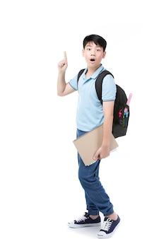 Nettes asiatisches kind mit schulnotizbuch