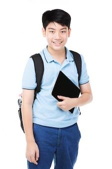 Nettes asiatisches kind mit schulrucksack und digitaler tablette