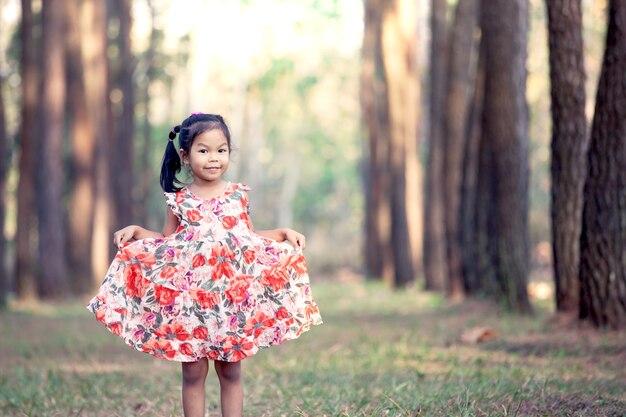 Nettes asiatisches kleines mädchen im park im weinlesefarbton