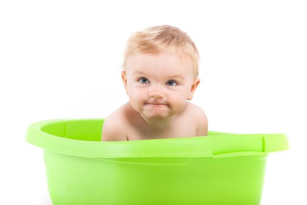 Nettes attraktives baby nehmen bad in der wanne