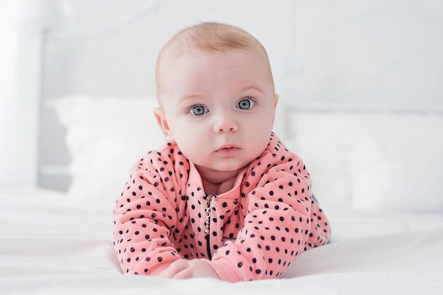 Nettes baby auf dem weißen bett