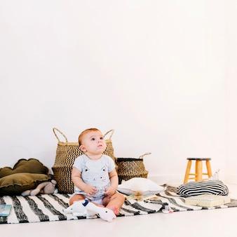 Nettes baby auf gestreiftem lappen