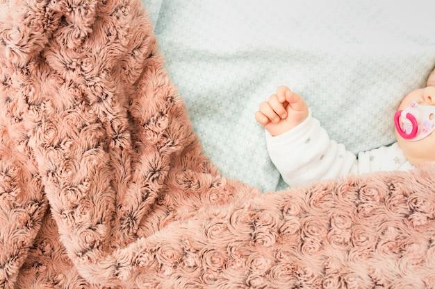 Nettes baby, das im bett schläft