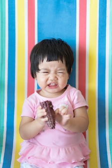 Nettes baby, das mais zu hause isst