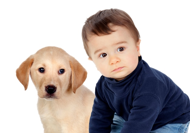 Nettes baby, das mit seinem kleinen welpen lächelt