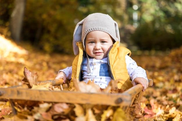 Nettes baby der vorderansicht, das draußen spielt
