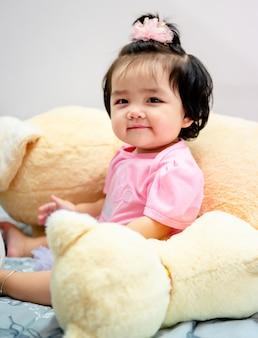 Nettes baby in einem rosa kleid