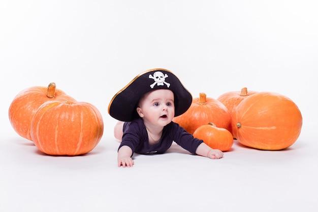 Nettes baby mit einem piratenhut auf seinem kopf, der auf seinem magen liegt