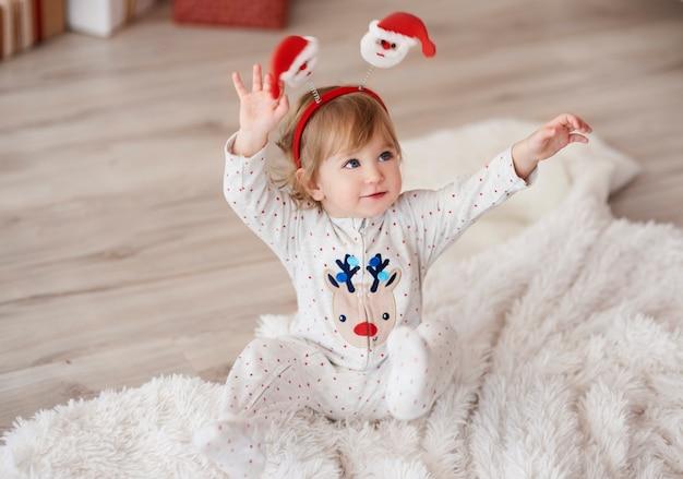 Nettes baby mit erhobenen händen