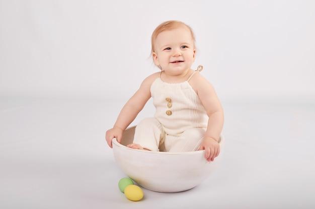 Nettes baby mit gemalten ostereiern