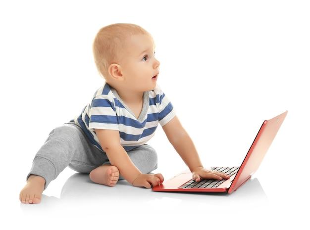 Nettes baby mit laptop auf weiß