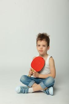 Nettes baby mit tischtennisschläger
