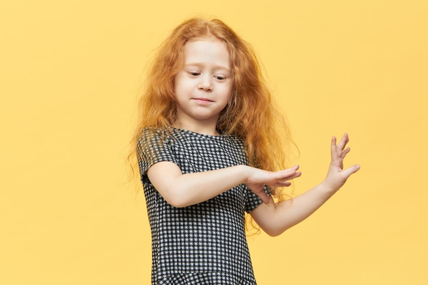 Nettes charmantes europäisches kleines mädchen im eleganten kleid, das zur musik tanzt und sich frei fühlt