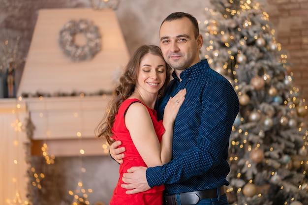 Nettes ehepaar grüßt die weihnachtsferien